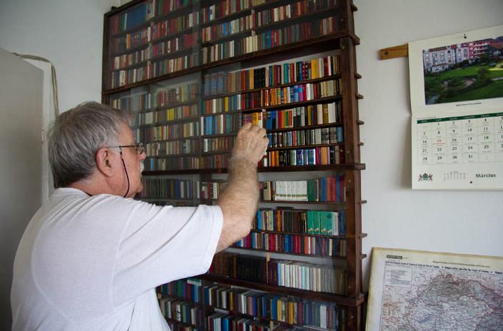 jozsef tari smallest library 7 Самая крупная библиотека миниатюрных книг в мире