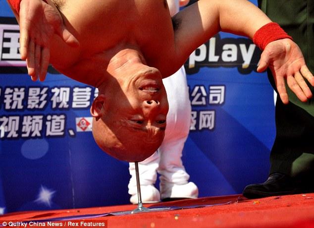li xin 1 Смертельный номер: стойка головой на гвозде