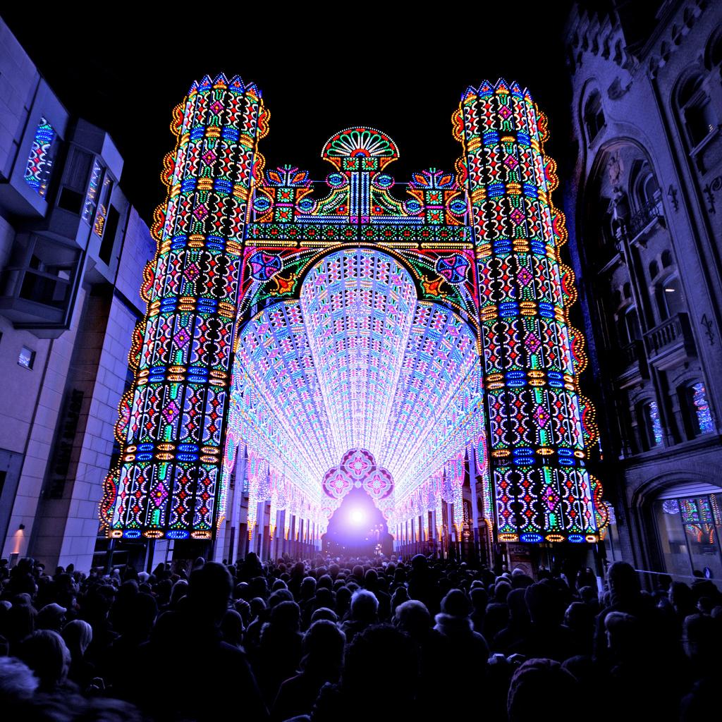light cathedral  1 Ярчайшим украшением Гентского фестиваля в этом году стал собор, горящий 55 тысячами светодиодных ламп