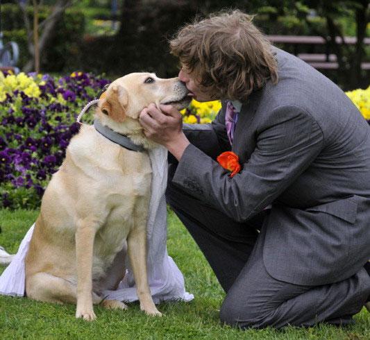 man marries dog 1 Молодой человек женился на своей собаке