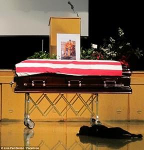 loyal dog hawkeye 1 288x300 Душераздирающая фотография собачей преданности, на которой запечатлено убитое горем животное, не желающее отходить от гроба своего хозяина