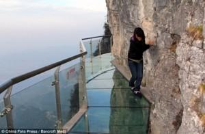 bridge to heaven 1 300x196 Только не смотрите вниз: китайская стеклянная тропа, проходящая в 1 220 метрах над землей