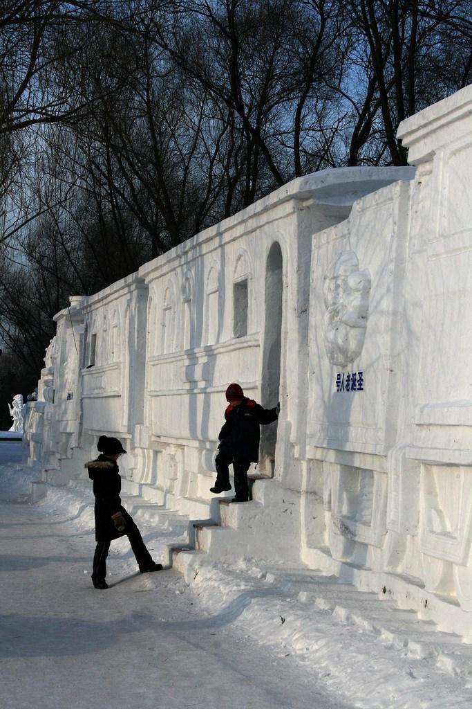 snow sculpture 12 1 Самые удивительные и невероятные работы скульпторов со всего мира, ставшие жемчужинами Харбинского международного фестиваля ледяных и снежных скульптур
