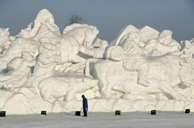 snow sculpture 15 Самые удивительные и невероятные работы скульпторов со всего мира, ставшие жемчужинами Харбинского международного фестиваля ледяных и снежных скульптур