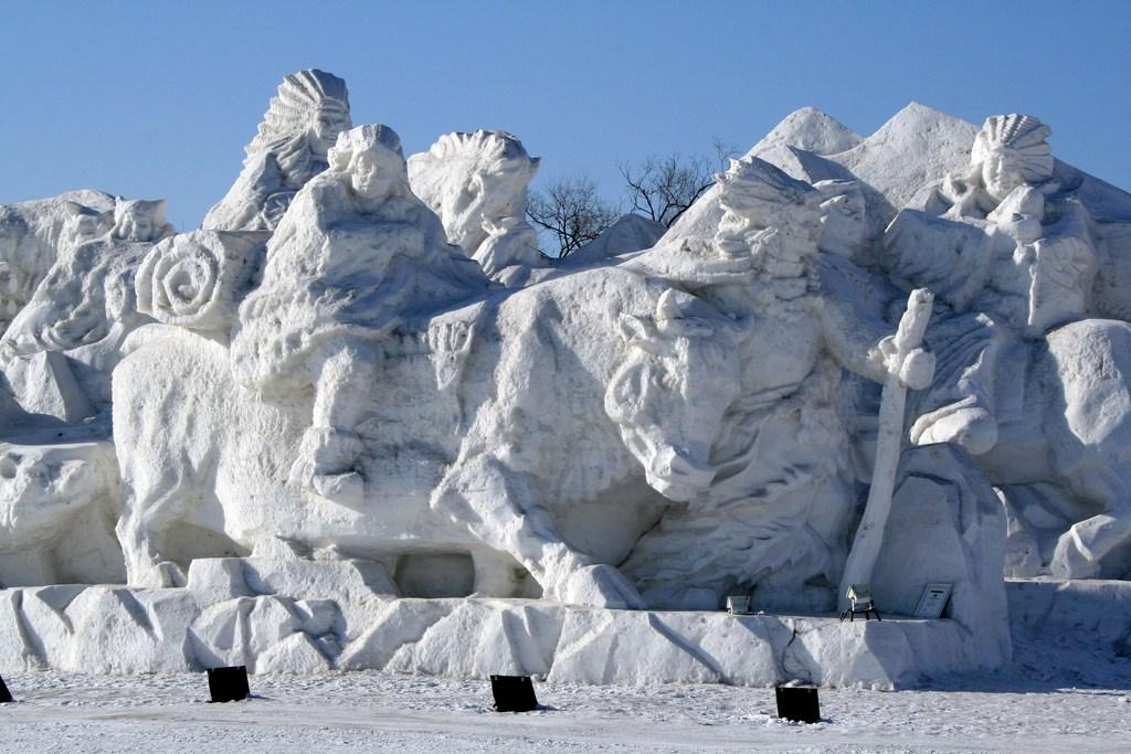 snow sculpture 15 1 Самые удивительные и невероятные работы скульпторов со всего мира, ставшие жемчужинами Харбинского международного фестиваля ледяных и снежных скульптур