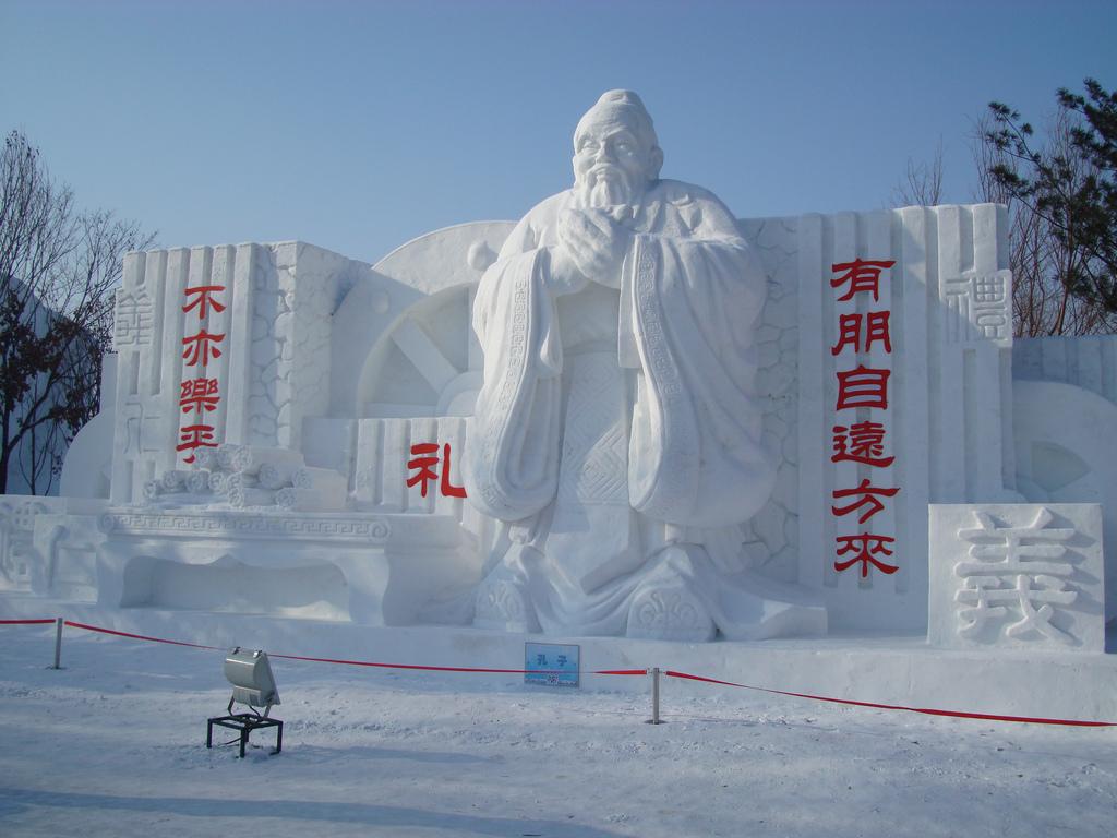 snow sculpture 2 Самые удивительные и невероятные работы скульпторов со всего мира, ставшие жемчужинами Харбинского международного фестиваля ледяных и снежных скульптур