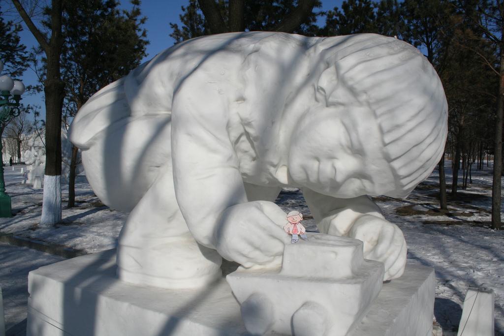 snow sculpture 24 Самые удивительные и невероятные работы скульпторов со всего мира, ставшие жемчужинами Харбинского международного фестиваля ледяных и снежных скульптур
