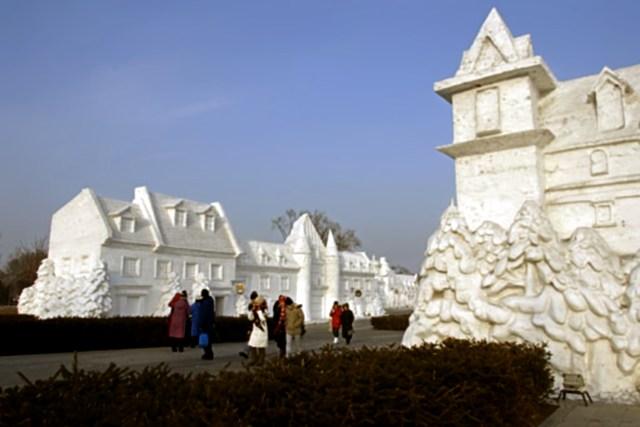 snow sculpture 27 Самые удивительные и невероятные работы скульпторов со всего мира, ставшие жемчужинами Харбинского международного фестиваля ледяных и снежных скульптур
