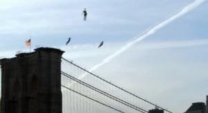 flying people new york 1 300x163 Летающие над Нью Йорком люди