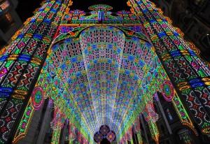 light cathedral  8 300x206 Ярчайшим украшением Гентского фестиваля в этом году стал собор, горящий 55 тысячами светодиодных ламп